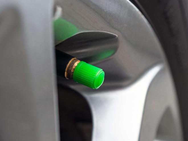 Tại sao một số người lại bơm khí nitơ vào lốp xe thay vì không khí? - Ảnh 3.