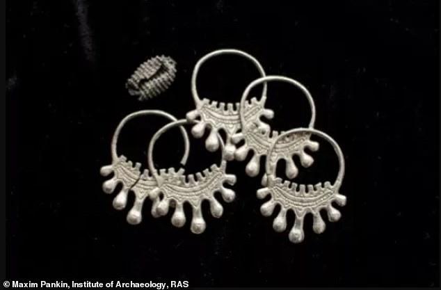 Phát hiện kho báu gồm toàn trang sức bạc giấu dưới lòng đất 900 năm  - Ảnh 3.