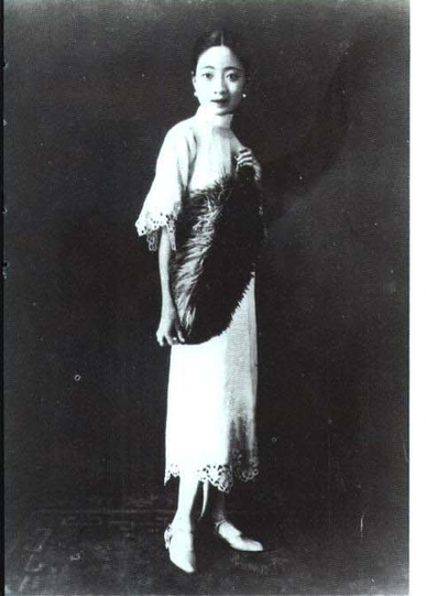 Bà sớm được tiếp thu nền giáo dục, văn hóa phương Tây khi theo học trường giáo hội Mỹ. Ngoài ra, Uyển Dung rất am hiểu tiếng Anh và văn hóa nhạc Jazz đang rất được ưa chuộng thời bấy giờ.