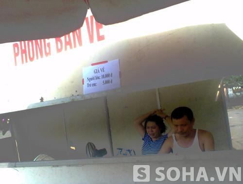 Giá vé vào tham quan và mua sắm trong Hội chợ được dán niêm yết ngay từ ngoài cổng.