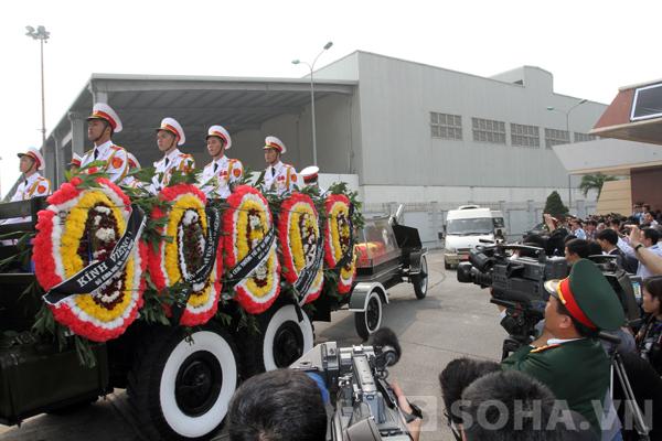 Đoàn xe tiến vào bên trong sân bay Nội Bài