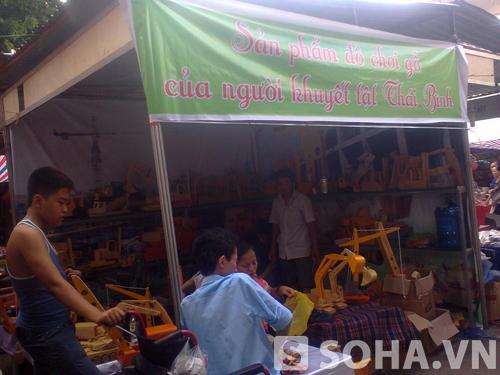 đây là cửa hàng bán đồ chơi Trung thu truyền thống làm bằng gỗ của hội người khuyết tật Thái Bình. Và đây cũng là cửa hàng bán đồ chơi Trung thu truyền thống duy nhất có tại Hội chợ.