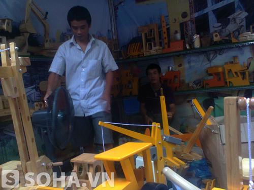 Mỗi sản phẩm đồ chơi truyền thống làm từ gỗ này có giá dao động từ 150 - 200.000 đồng.