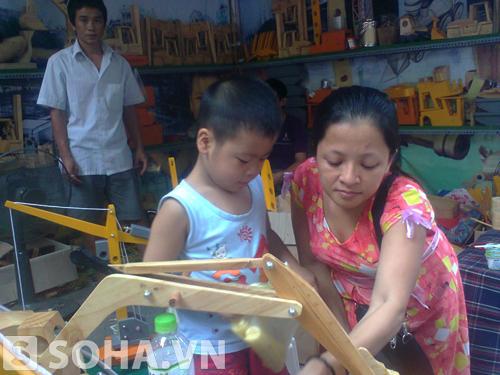 Khó khăn lắm người phụ nữ này mới tìm được một cửa hàng bày bán đồ chơi Trung thu truyền thống để mua cho con trai mình.