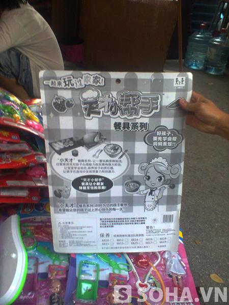 Nhiều đồ chơi viết bằng chữ Trung Quốc, không nhãn mác, không có tem, không cả phần dịch tiếng Việt...