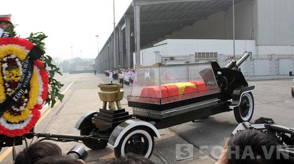 Linh Cữu Đại tướng Võ Nguyên Giáp đang được chuyển đến máy bay