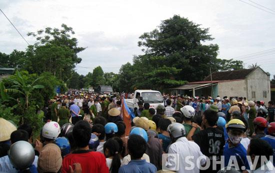 Hàng trăm người dân kéo đến hiện trường khiến giao thông trên QL 47 bị ách tắc cục bộ.