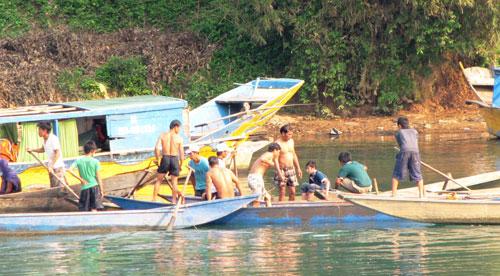 Hộc máu miệng vì lặn tìm gỗ sưa ở Quảng Bình