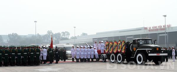 Đoàn nghi lễ nghẹn lòng ngước nhìn linh cữu Đại tướng rời sân bay