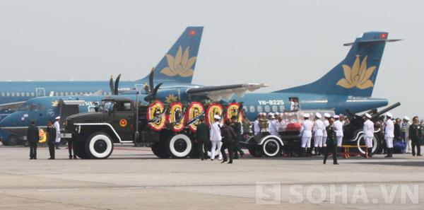 Linh cữu Đại tướng đã tiến sát chiếc máy bay mang số hiệu VN103