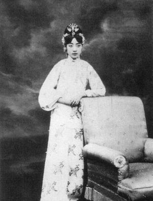 Quách Bố La Uyển Dung sinh năm 1906, là người tộc Đạt Oát Nhĩ.