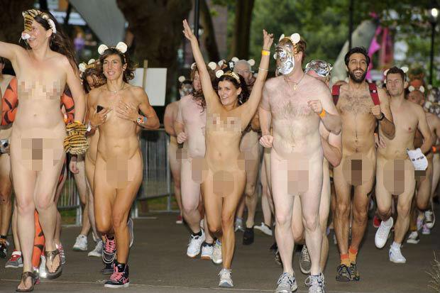 Choáng với màn khỏa thân chạy bộ ủng hộ động vật