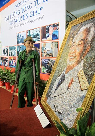 Cự chiến binh Đinh Xuân Hiếu lặng ngắm hình ảnh Đại tướng Võ Nguyên Giáp