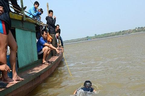 Gia đình nạn nhân Nguyễn Thị Thanh Huyền đang làm tất cả để tìm thấy thi thể người thân.