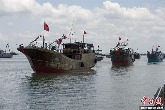 Đội tàu đánh cá Đam Châu (tỉnh Hải Nam, Trung Quốc) gồm 32 chiếc xuất phát từ cảng cá Bạch Mã Tỉnh bắt đầu tiến ra ngư trường Trường Sa của Việt Nam để đánh bắt hải sản trái phép. Ảnh chụp sáng 6/5/2013