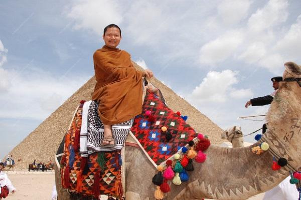 Cưỡi lạc đà trong một chuyến du lịch Ai Cập cùng các đệ tử
