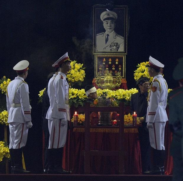 Ông Võ Điện Biên, con trai Đại tướng Võ Nguyên Giáp và tiêu binh đứng bên linh cữu Đại tướng trước khi Lễ tang bắt đầu.