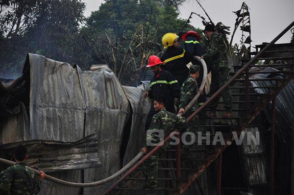 Ngọn lửa đã đánh sập gần như hoàn toàn khu trọ của công nhân nơi xảy ra cháy.