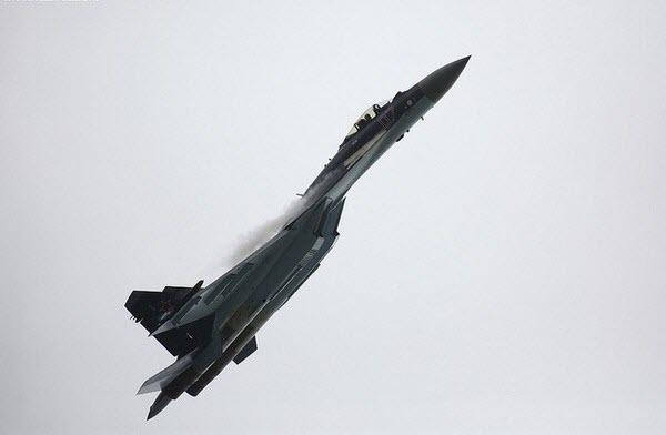 Máy bay tiêm kích đa nhiệm Sukhoi Su-35 của Nga bay luyện tập trước Triển lãm hàng không Paris 2013, Pháp.