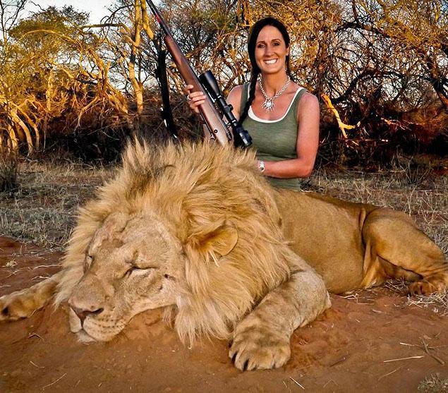Hình ảnh con sư tử Nam Phi bị bắn chết gây ra sự phẫn nộ của hàng nghìn người.