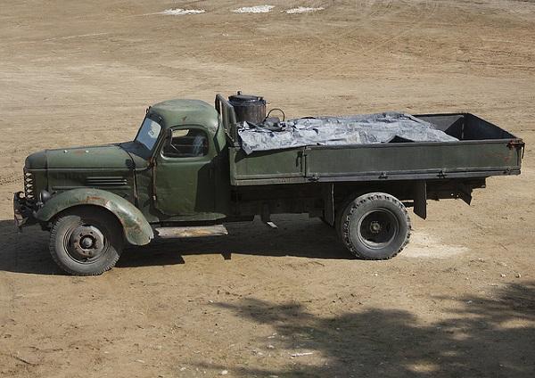 Cận cảnh một chiếc xe tải chạy bằng củi của Triều Tiên