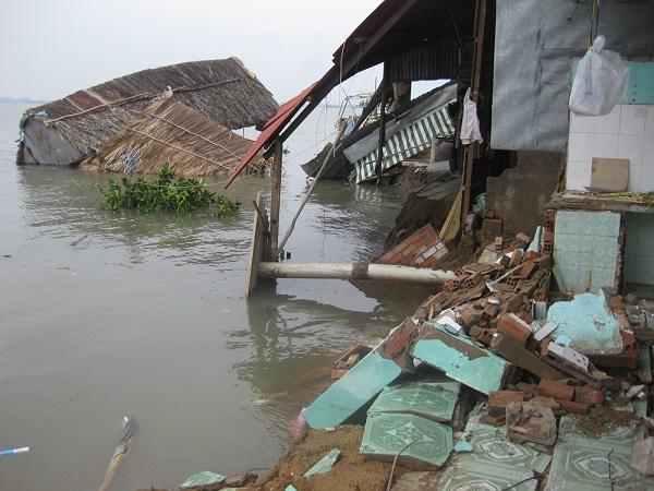 Khu vực bờ sông bị sạt lở nghiêm trọng