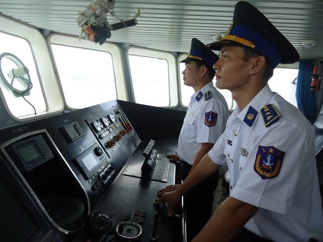Thuyền trưởng - thượng úy Lê Phương (bìa phải) trên con tàu 4034