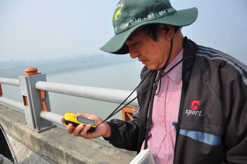 TS Vũ Văn Bằng cùng chiếc máy đo địa bức xạ của mình.