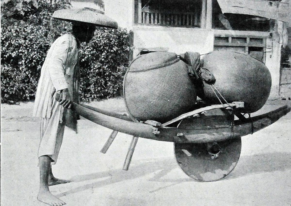 Những chiếc xe cút kít quen thuộc trong những đường làng Bắc bộ làm nhiệm vụ chuyên chở gạo.