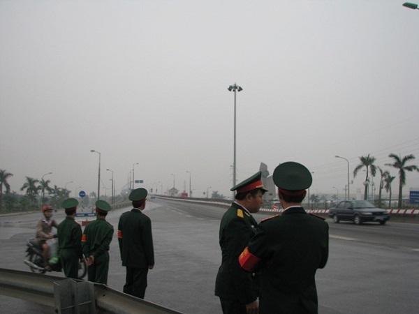 Thượng úy nguyễn Văn Phúc, CAQ Từ Liêm có mặt tại đầu cầu Thăng Long cũng có mặt từ 5 giờ sáng, mặc dù theo kế hoạch 6 giờ mới triển khai lực lượng.