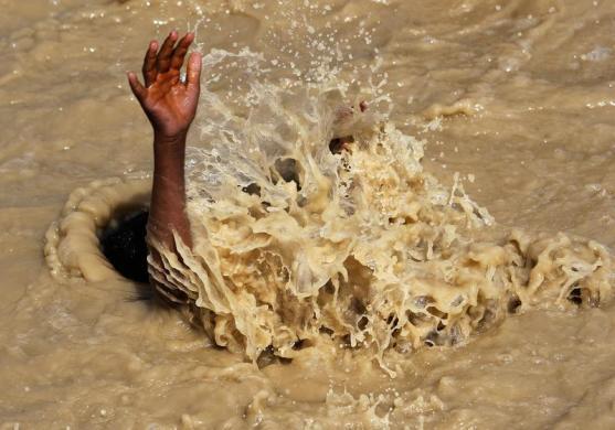 Một cậu bé bơi trong nước đục ngàu ở ngoại ô thủ đô Kabul, Afghanistan.