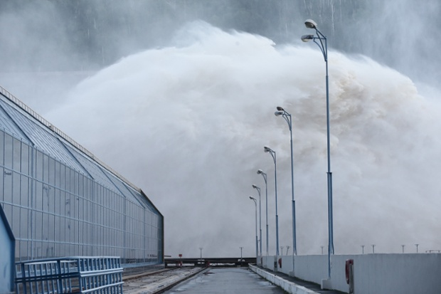 Đập thủy điện Bureya xả nước lũ trắng xóa trên sông Bureya ở vùng Amur, Nga.
