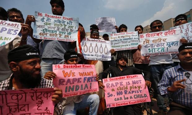 Mọi người biểu tình bên ngoài phiên tòa xét xử 6 nghi phạm hiếp dâm tập thể một phụ nữ ở New Delhi, Ấn Độ.