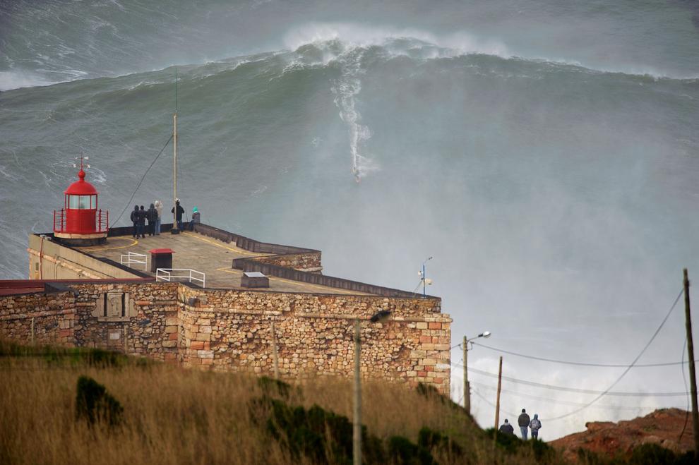 Garrett McNamara cố gắng để phá vỡ kỷ lục thế giới là người lướt sóng cao nhất tại Nazare, Bồ Đào Nha.