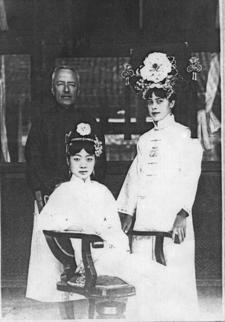 Tuy lên ngôi hoàng hậu từ khi 17 tuổi lại sở hữu nhan sắc và tài năng nhưng cuộc đời Uyển Dung lại là một câu chuyện buồn.