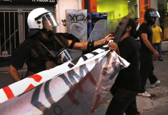 Cảnh sát chống bạo động đụng độ với người biểu tình ở Athens, Hi Lạp.