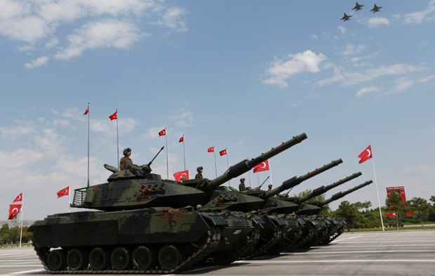 Xe tăng và máy bay chiến đấu tham gia lễ diễu binh chào mừng Ngày quốc khánh lần thứ 91 ở Ankara, Thổ Nhĩ Kỳ.