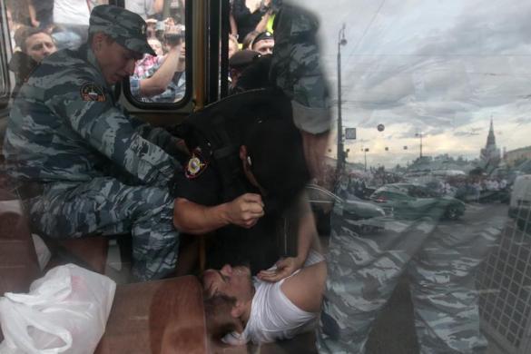 Cảnh sát đánh một người đàn ông trên xe bus trong cuộc biểu tình phản đối phiên tòa xét xử nhà lãnh đạo đối lập Alexei Navalny ở Moscow, Nga.