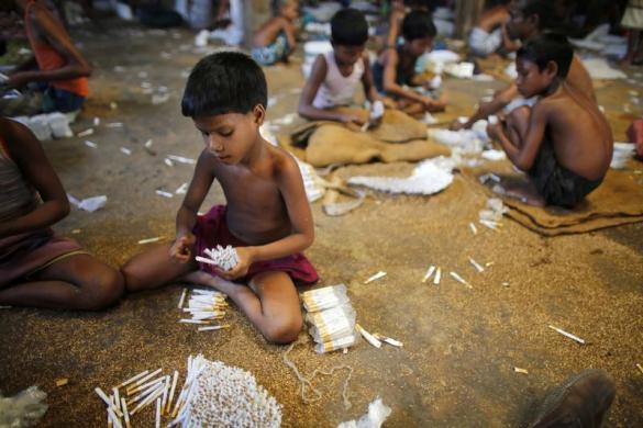 Trẻ em tham gia cuốn thuốc lá tại một nhà máy sản xuất thuốc lá thủ công ở Haragach, Bangladesh.