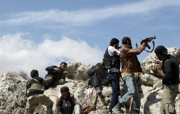 Các chiến binh phiến quân xả súng về phía quân đội chính phủ tại khu vực núi Al-Arbaeen, Syria.