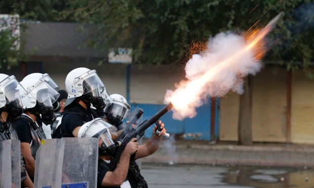 Cảnh sát chống bạo động bắn đạn hơi cay để giải tán người biểu tình ở Hatay, Thổ Nhĩ Kỳ.