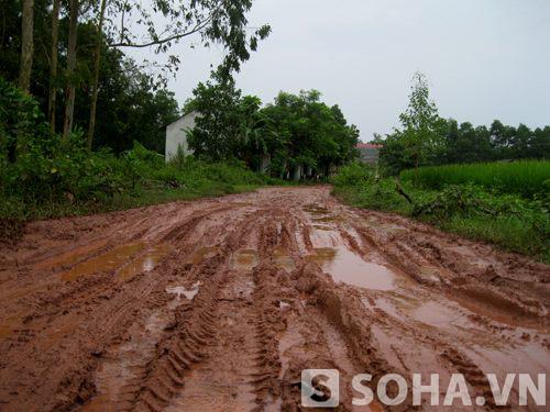 Đường sá của người dân các thôn, xóm ở xã Thành Công gặp rất nhiều khó khăn.