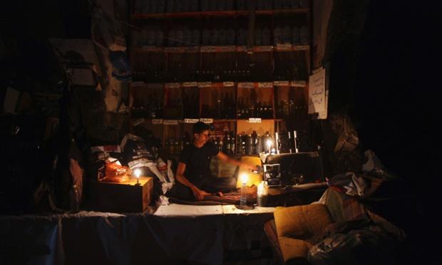 Một người bán dầu đang chờ khách hàng tới mua tại thành phố Sanaa ở Yemen. Nhiều khu vực ở quốc gia này đã bị mất điện sau khi các bộ tộc tấn công lưới điện.