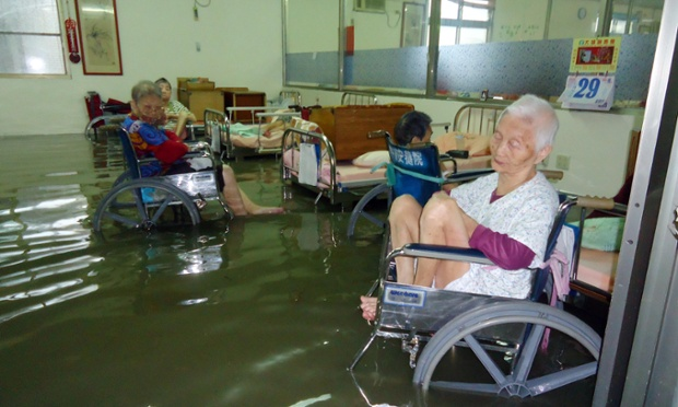 Những người già trong trung tâm dưỡng lão bị ngập lụt ở Chiayi, Đài Loan.