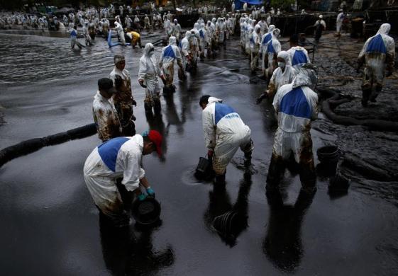 Các binh sĩ của quân đội Thái đang tham gia thu gom dầu tràn trên bãi biển Ao Prao ở đảo Koh Samet, tỉnh Rayong.