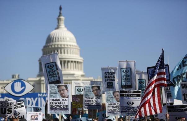 Mọi người tập trung biểu tình phản đối chương trình nghe lén điện thoại của Cơ quan an ninh quốc gia Mỹ trước tòa nhà quốc hội ở thủ đô Washington.