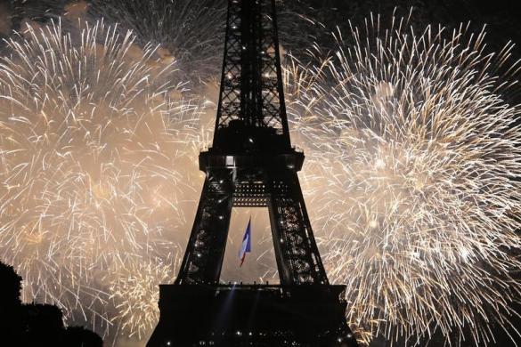 Tháp Eiffel được thắp sáng bởi màn bắn pháo hoa rực rỡ ở Paris nhân dịp Quốc khánh Pháp.