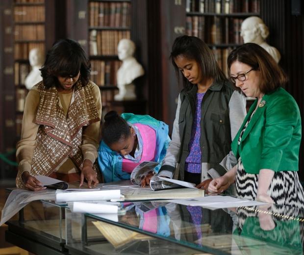 Đệ nhất phu nhân Tổng thống Mỹ bà Michelle Obama cùng hai con gái Sasha và Malia tới thăm thư viện Old Library của trường đại học Trinity ở Dublin, trong khi ông Barack Obama tham dự Hội nghị thượng đỉnh G8.