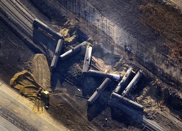 Hiện trường đoàn tàu hỏa chở dầu trật đường ray và bốc cháy ở Gainford, Canada.