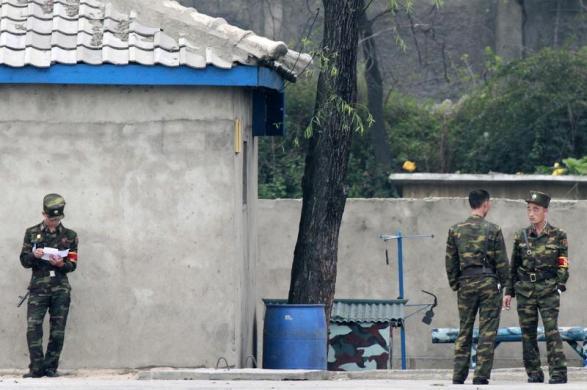 Các binh sĩ Triều Tiên đứng dọc bờ sông Yalu gần thị trấn Sinuiju, đối diện với thành phố Đan Đông, Trung Quốc.